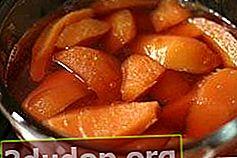 Pencuci mulut dengan quince dan kayu manis